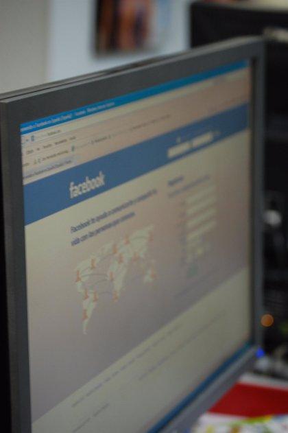 El 94% de los usuarios de Facebook acepta a una joven atractiva aunque no la conozca