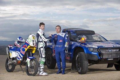 """Rally/Dakar.- Carlos Sainz y Marc Coma presentan """"con ganas"""" sus nuevos vehículos para el Dakar 2011"""