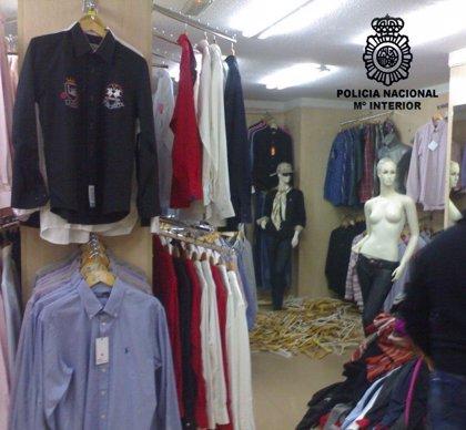 La Policía Nacional se incauta más de 2.500 prendas de ropa falsificadas en dos tiendas de Cartagena