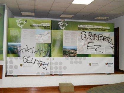 Ayuntamiento de Errenteria denuncia las pintadas realizadas por encapuchados en la muestra sobre el PTP de Donostialdea