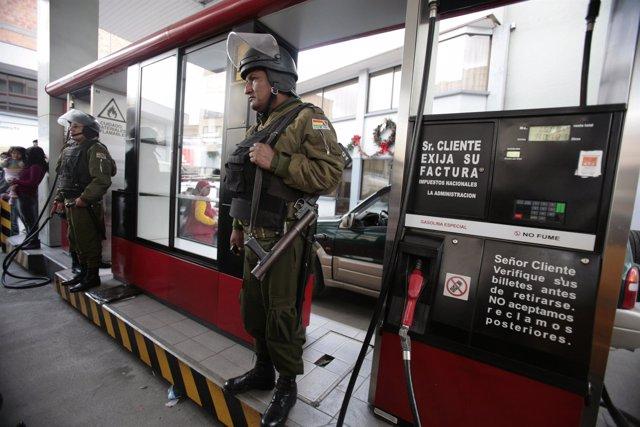 Militares bolivianos en una estación de servicio