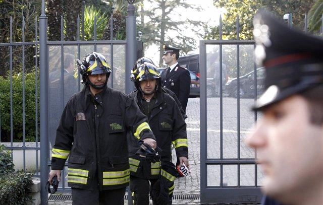 Bomberos y carabinieri salen de la embajada de suiza