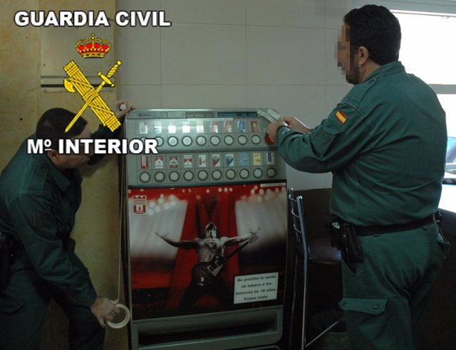 Guardia Civil precinta una máquina de tabaco en Murcia