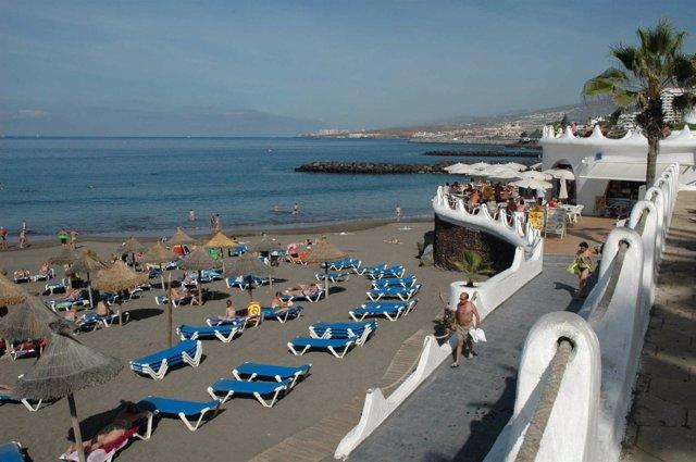 Turistas en una playa de Tenerife.