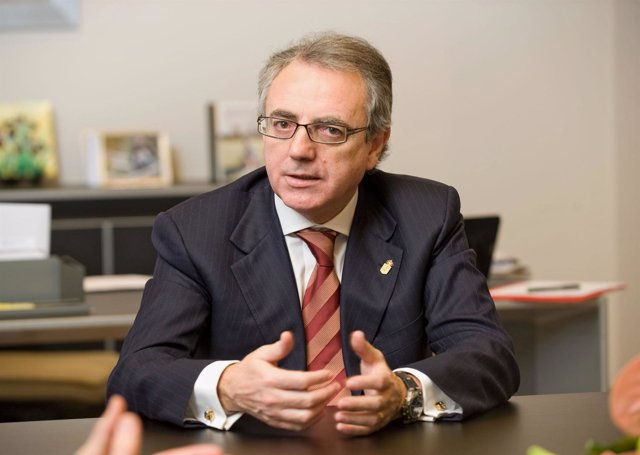 El presidente del Gobierno de Navarra, Miguel Sanz, en su despacho oficial.