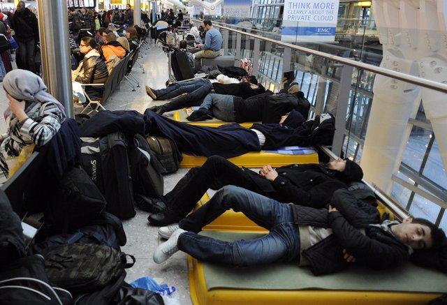 Viajeros durmiendo en aeropuerto de Heathrow en Reino Unido