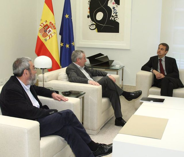Rodríguez Zapatero con los líderes sindicales Cándido Méndez e Ignacio Fernández