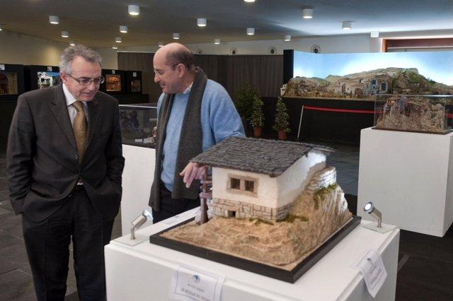 Miguel Sanz , con Jesús Gomera, observa el Belén que se sortea entre los visitan