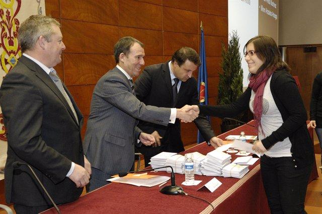Una estudiante recoge su cheque de manos del rector, Julio Lafuente.