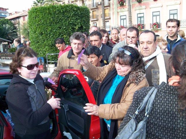 Necesitados se agolpan a las puertas del coche de asociación Abeto para recoger
