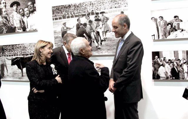 El presidente de la Generalitat, Francisco Camps, saluda al fotógrafo Paco Cano