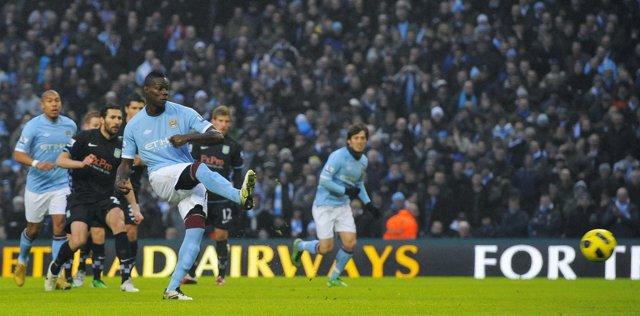 Balotelli anota un gol para el Manchester City