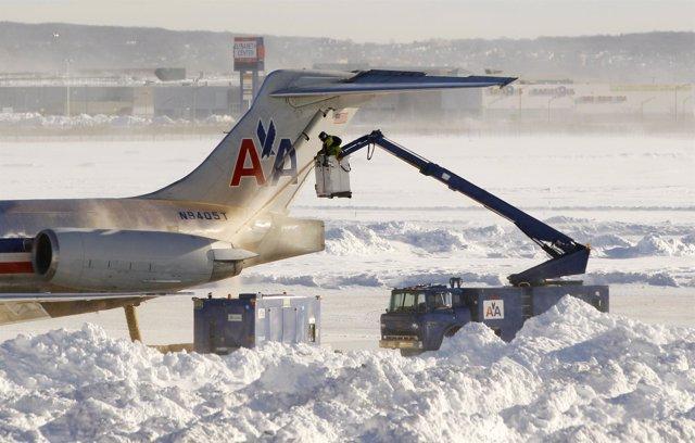 Aeropuerto estadounidense bajo la nieve