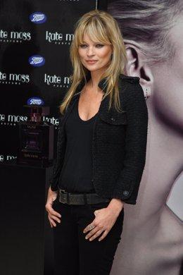Posado de la supermodelo británica Kate Moss