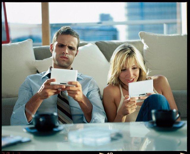 Hombre Y Mujer Utilizando Videojuegos