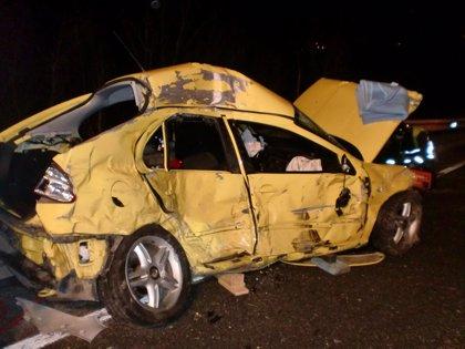 Herida grave una joven al salirse de la vía y colisionar contra un camión en Almandoz