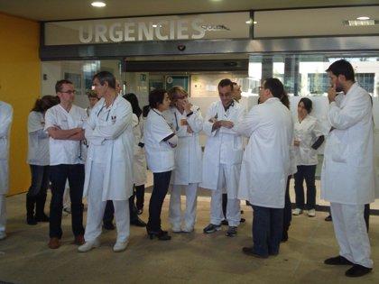 """Cerca de 30 de médicos se concentran en Son Espases como protesta por las condiciones laborales """"poco éticas"""""""