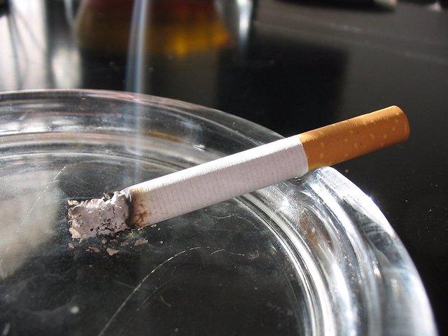 Un cigarro en un cenicero