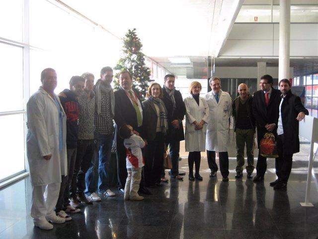 Jugadores del Rayo entregan regalos en el Hospital Infanta Leonor
