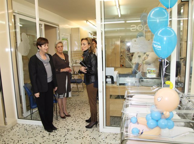 Luisa Noeno, Pilar Muro y María Cordón, en la zona de neonatos del Hospital Quir