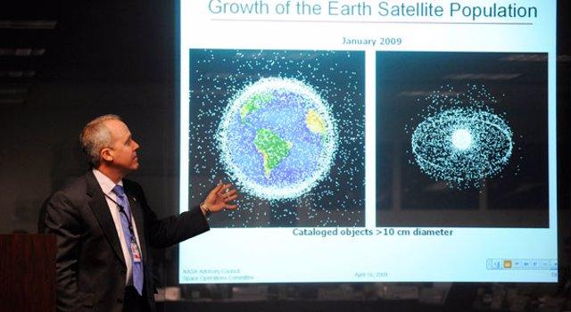 El doctor Tom Jones de la NASA lidera una discusión sobre basura espacial  en ab