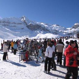 estacion esqui esquiadores cola plano general