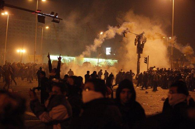 La Policía lanza gases lacrimógenos contra miles de manifestantes en Egipto
