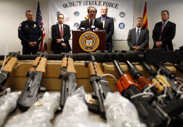 Detienen en Arizona a 20 sospechosos de traficar con armas para cárteles mexican