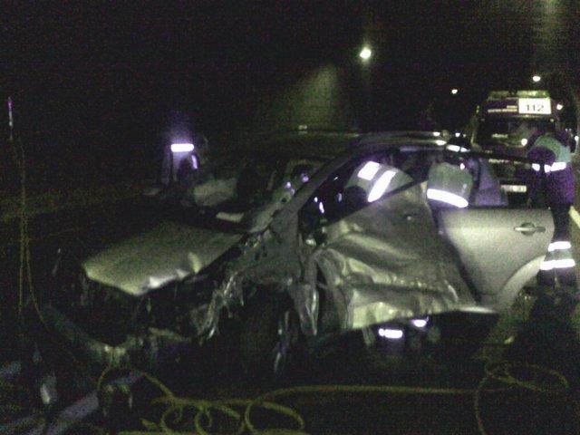 El vehículo accidentado, en el interior del túnel.