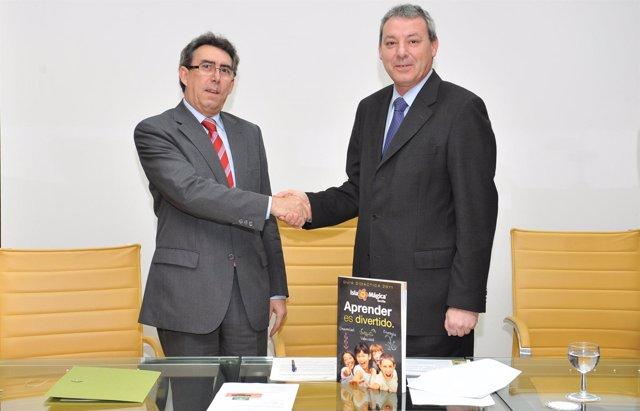 Álvarez de la Chica y Luis Navarrete en la firma del convenio