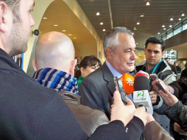 El presidente de la Junta de Andalucía, José Antonio Griñán, atiende a los perio