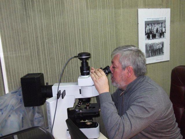 Dr López Beltrán en su laboratorio