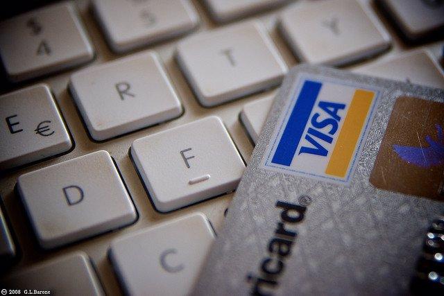 Tarjeta de crédito visa sobre un teclado de ordenador