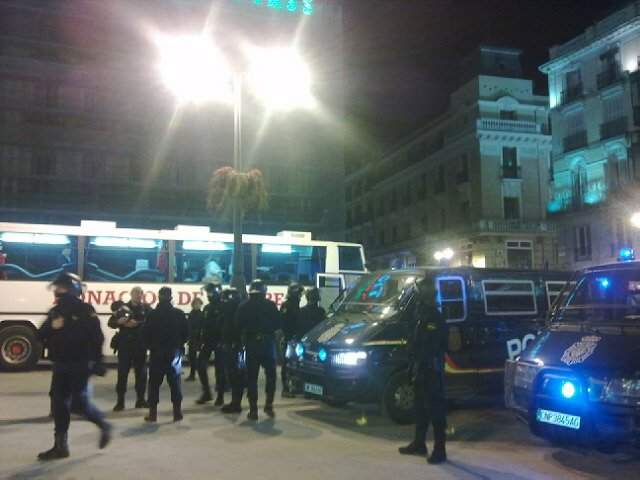Policías cercan la Puerta del Sol