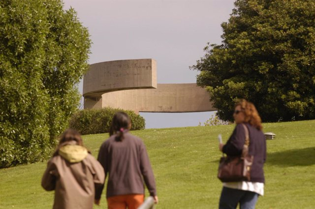 Escultura 'Elogio del horizonte' de Chillida en Gijón