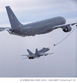 Un A330 MRTT suministrando combustible a un F-18