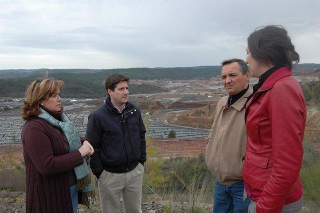 Dirigentes del PP visitan el entorno del vertedero de Nerva.