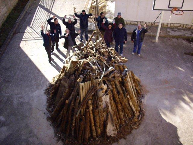 La Comisión de Fiestas de Jarque de la Val (Teruel) preparando la hoguera