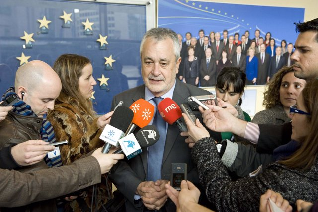 Griñán atiende a los medios en Bruselas
