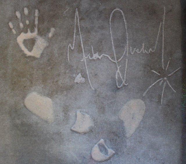 Una losa de cemento firmada por Michael Jackson