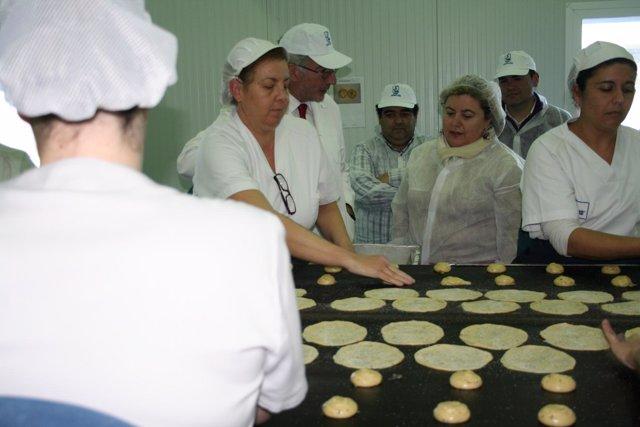 La consejera de Agricultura y Pesca, Clara Aguilera, visita la empresa sevillana