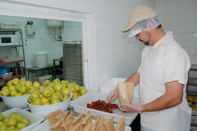 cocinero cocina comedor escolar frutas
