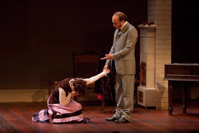 Los actores Silvia Marsó y Roberto Álvarez en 'Casa de Muñecas'.