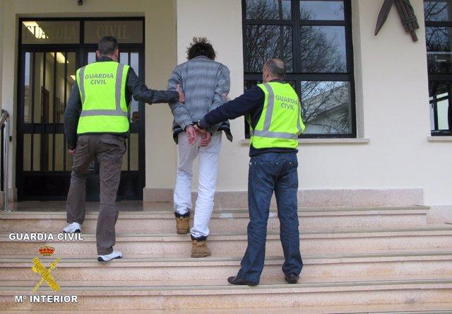 El detenido, a su llegada al cuartel de la Guardia Civil