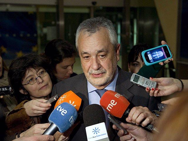Griñán atiende a los medios durante su visita a Bruselas