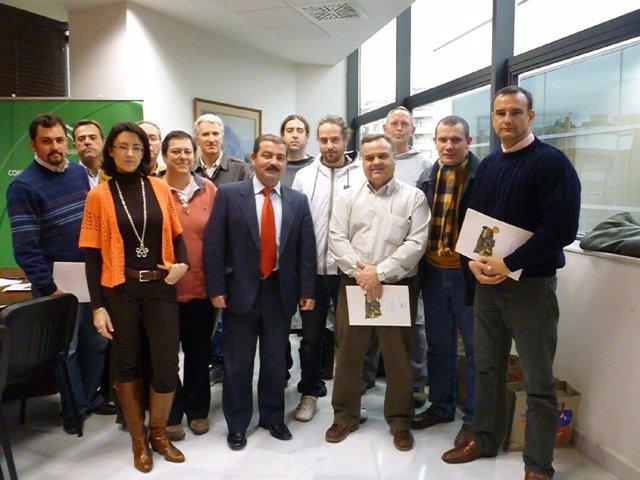 José Castro y representantes de organziaciones durante el acto de entrega de ayu