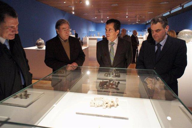 Miró observa una de las piezas de la exposición 'Vigreyos Ceramista'.