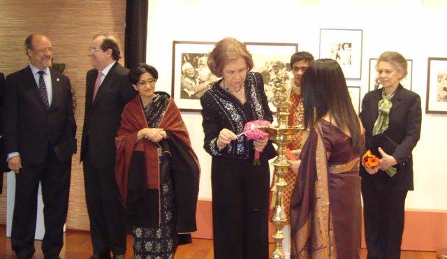 La Reina y su hermana, durante la visita a la Casa de la India de Valladolid.