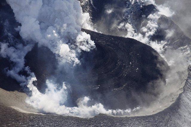Entra en erupción el volcán Shinmoe