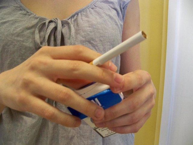 Una Joven Sostiene Un Cigarro